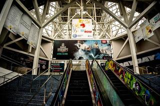Banner and escalator display E3
